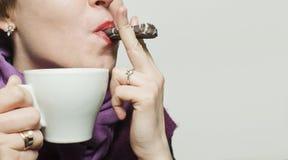 Señora joven con una taza Foto de archivo libre de regalías