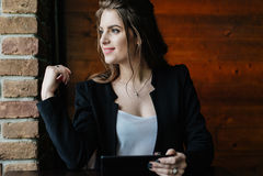 Señora joven del negocio con la tableta Fotos de archivo libres de regalías