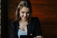 Señora joven del negocio con la tableta Imágenes de archivo libres de regalías