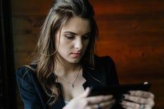 Señora joven del negocio con la tableta Fotografía de archivo