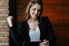 Señora joven del negocio con la tableta Foto de archivo libre de regalías