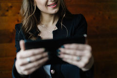 Señora joven del negocio con la tableta Fotografía de archivo libre de regalías