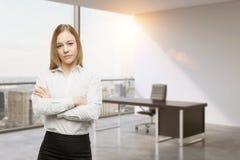 Señora joven del negocio con las manos cruzadas en la oficina CEO en el lugar de trabajo en la oficina panorámica moderna de Nuev Imagenes de archivo