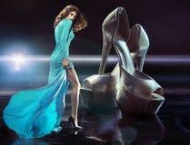 Señora joven delgada enviciada a los zapatos de lujo Imágenes de archivo libres de regalías