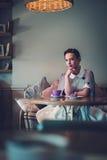 Señora joven elegante solamente en un café fotografía de archivo libre de regalías
