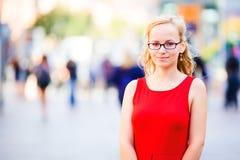 Señora joven en alineada roja Foto de archivo