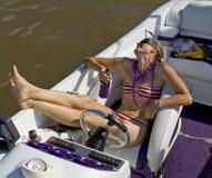 Señora joven en bañador que ríe en un barco fotos de archivo libres de regalías