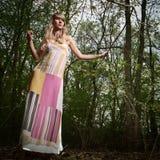 Señora joven en bosque Imagen de archivo
