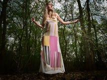 Señora joven en bosque Fotos de archivo