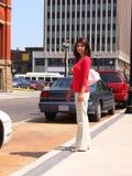Señora joven en ciudad   fotografía de archivo libre de regalías