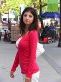 Señora joven en ciudad Imagenes de archivo