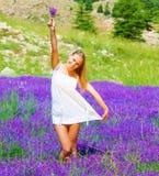 Señora joven en el claro floral Fotos de archivo libres de regalías