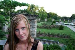 Señora joven en jardín Imagenes de archivo