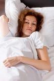 Señora joven en la cama fotografía de archivo