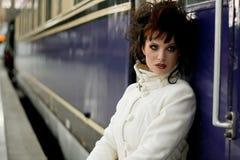 Señora joven en la estación Imagenes de archivo
