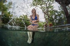 Señora joven en la piscina Fotos de archivo libres de regalías