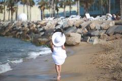 Señora joven en la playa Imagen de archivo libre de regalías