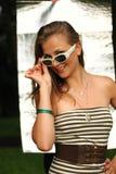 Señora joven en las gafas de sol blancas Imagen de archivo libre de regalías