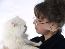 Señora joven en los vidrios que sostienen el gato Fotos de archivo libres de regalías