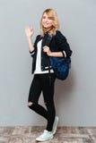 Señora joven feliz con la mochila Foto de archivo