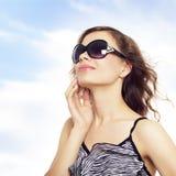 Señora joven feliz con las gafas de sol Imágenes de archivo libres de regalías