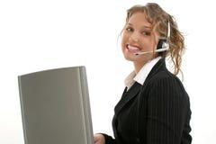 Señora joven hermosa con el ordenador portátil y el receptor de cabeza Fotografía de archivo