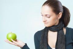 Señora joven hermosa con la manzana verde Imagenes de archivo