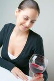 Señora joven hermosa con un vidrio de vino Imagen de archivo libre de regalías