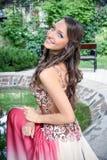 Señora joven hermosa en el parque Imagen de archivo libre de regalías