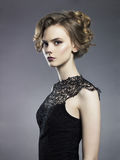 Señora joven hermosa en fondo negro Imagen de archivo
