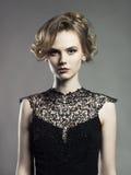 Señora joven hermosa en fondo negro Foto de archivo libre de regalías