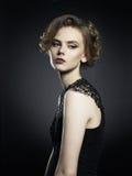 Señora joven hermosa en fondo negro Imagen de archivo libre de regalías