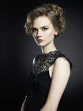 Señora joven hermosa en fondo negro Fotos de archivo libres de regalías