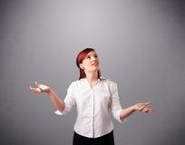 Señora joven hermosa que hace juegos malabares con el espacio de la copia Imagen de archivo
