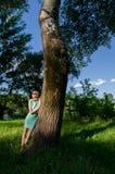 Señora joven hermosa que se divierte en bosque de la primavera en día de primavera soleado Imagen de archivo libre de regalías