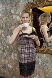 Señora joven linda con una taza de café Imágenes de archivo libres de regalías