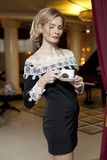 Señora joven linda con una taza de café Fotografía de archivo libre de regalías