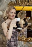 Señora joven linda con una taza de café Fotografía de archivo