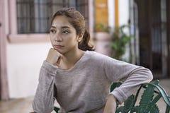 Señora joven pensativa y triste foto de archivo