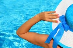 Señora joven por el poolside Fotos de archivo