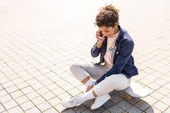 Señora joven positiva que habla en smartphone Fotos de archivo libres de regalías