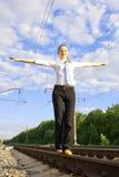 Señora joven que balancea en la pista del camino de carril Imagenes de archivo