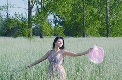 Señora joven que disfruta de día de verano soleado en la naturaleza Foto de archivo libre de regalías