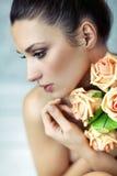 Señora joven que guarda rosas Fotografía de archivo libre de regalías