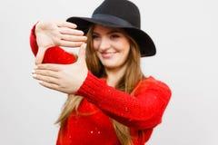 Señora joven que hace gesto de la cámara Fotografía de archivo