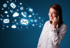 Señora joven que hace llamada de teléfono con los iconos del mensaje Fotos de archivo