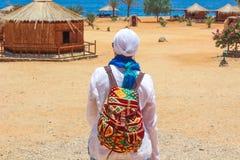 Señora joven que hace una pausa la cabaña en un campo en Sinaí foto de archivo libre de regalías