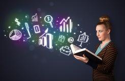 Señora joven que lee un libro con los iconos del negocio Imagen de archivo