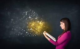 Señora joven que lee un libro mágico Fotografía de archivo libre de regalías