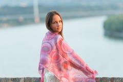 Señora joven que presenta afuera Foto de archivo libre de regalías